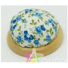 """Игольница-подушечка 7.3*4.5см """"Голубые цветы"""" с наполнителем на подставке из японской вишни"""